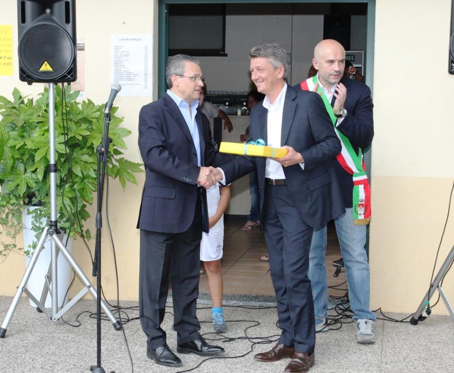 Il presidente Scazzosi riceve da Roseti la targa