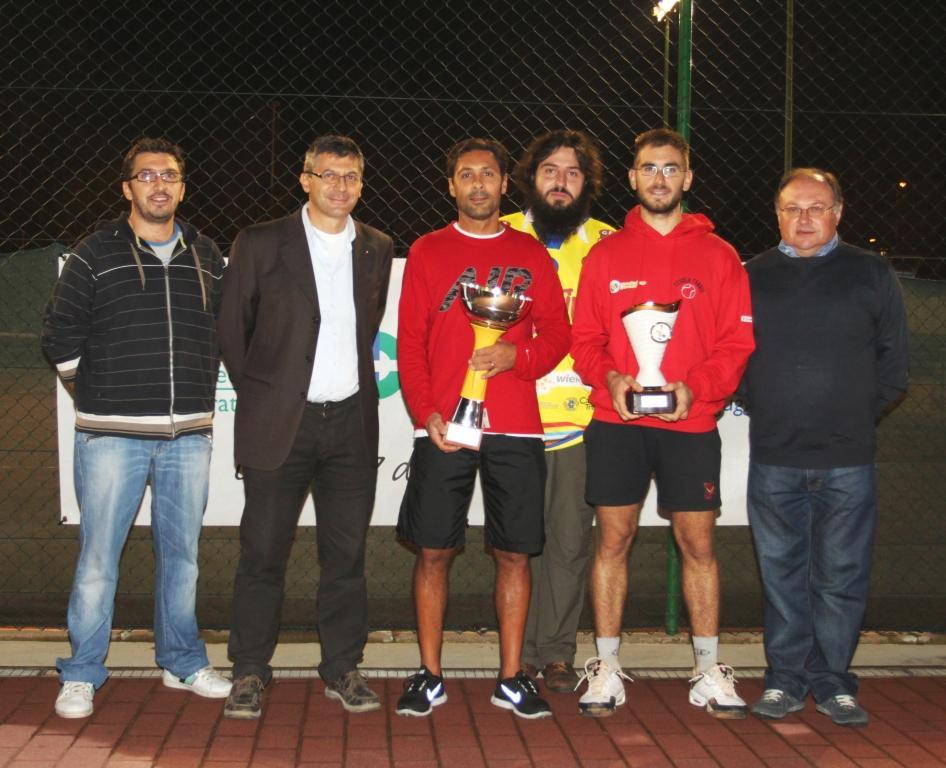 Il consigliere Porta, secondo da sinistra, alla premiazione del torneo di tennis